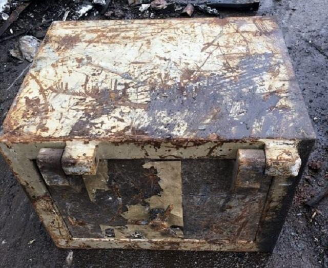 В Великобритании сдали на металлом старый сейф. Угадайте что нашли работники пункта приема? (4 фото)