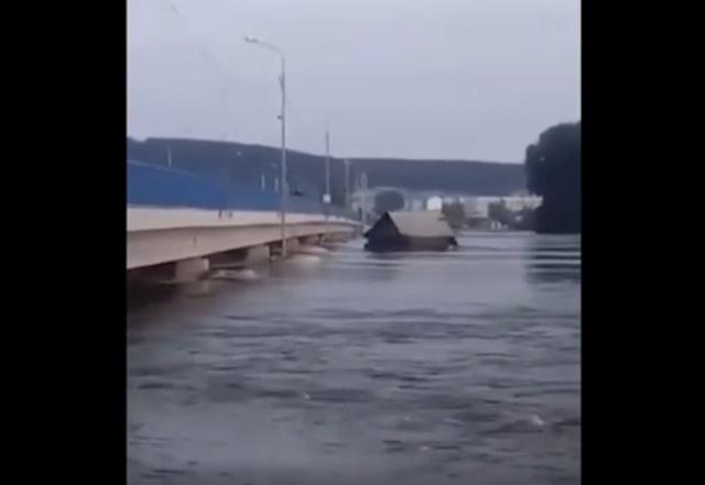 Жители Иркутской области засняли плывущие дома