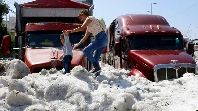 В Мексике город покрылся полутораметровым слоем льда из-за аномального града (10 фото + 2 видео)