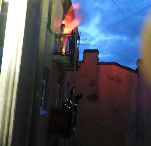 В Санкт-Петербурге от огня спасли обнаженную девушку (2 фото + видео)