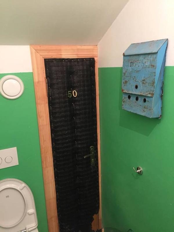 Туалет в подъезде? (3 фото)