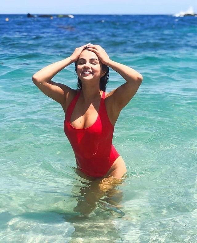 Селена Гомес повторила знаменитый образ спасательницы Малибу (3 фото)