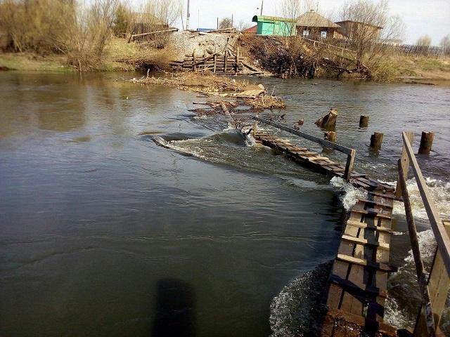 Жители села в Свердловской области своими силами строят мост через реку (6 фото)