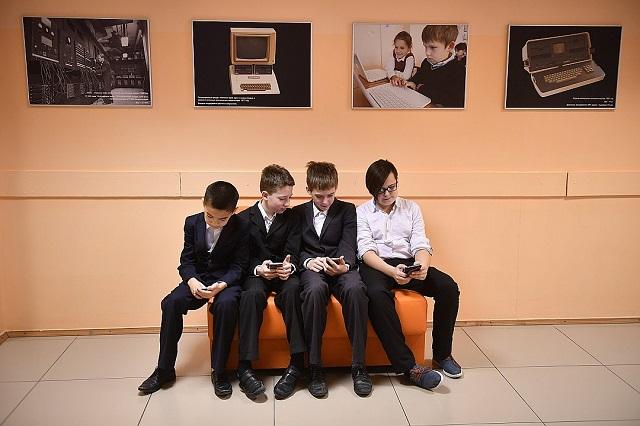 Роспотребнадзор собирается запретить школьникам пользоваться телефонами
