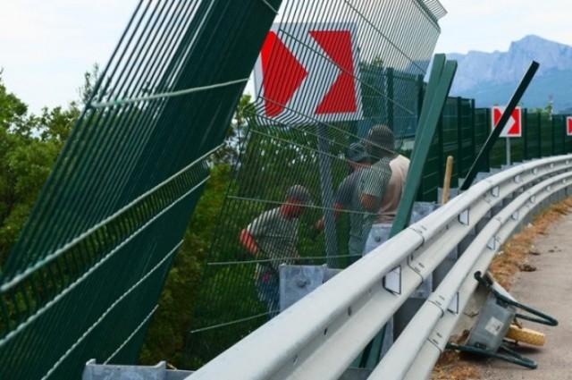 Забор вдоль Ялтинской трассы начали демонтировать (2 фото)