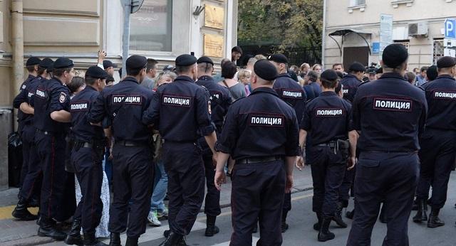 """""""Левада-центр"""": Две трети россиян убеждены, что подбрасывание наркотиков полицейскими - обычная практика"""