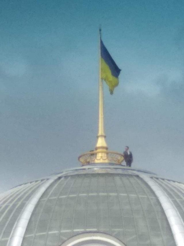 Владимир Зеленский залез на крышу Верховной Рады? (3 фото)