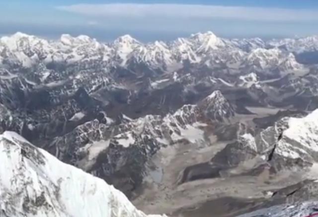 Потрясающий вид с вершины Эвереста