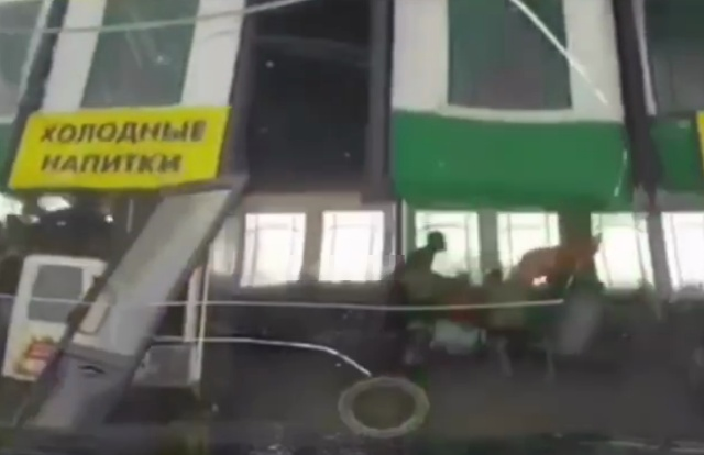 Сильный ветер в Красноярске унес летнее кафе