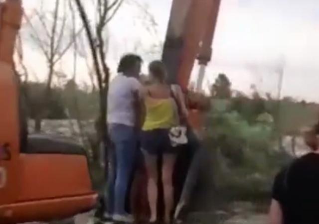 В Канске экскаватор перенес людей через дорогу