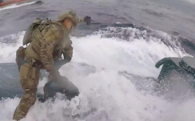Береговая охрана США берет на абордаж наркоторговцев