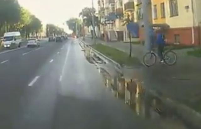 """Велосипедист """"вылетел"""" на дорогу"""