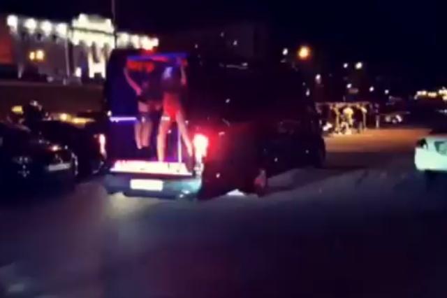 Жители Уфы возмущены стриптиз-маршруткой, которая ездит по улицам города (2 видео)