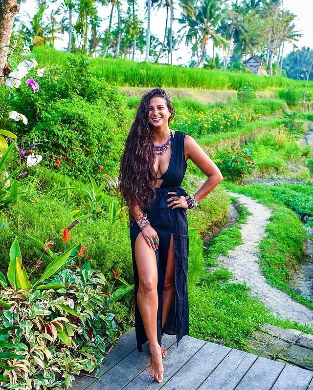 """32-летняя веганка-девственница Кристина Карилло-Букарам ищет своего """"принца"""" (12 фото)"""