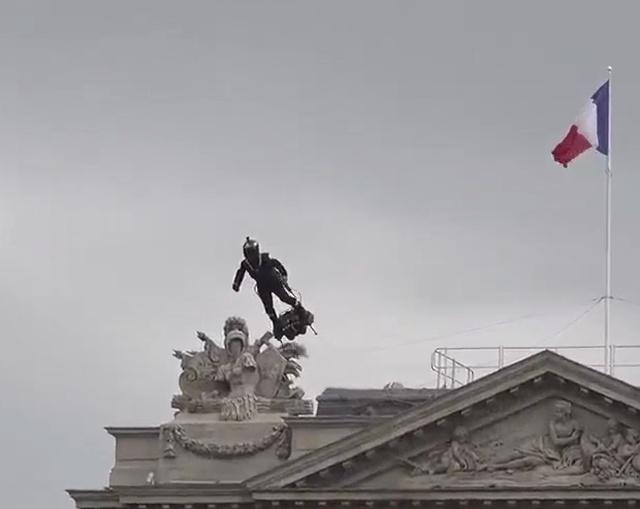 """""""Железный человек"""" в Париже"""