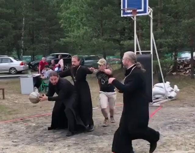 Как священники играют в стритбол