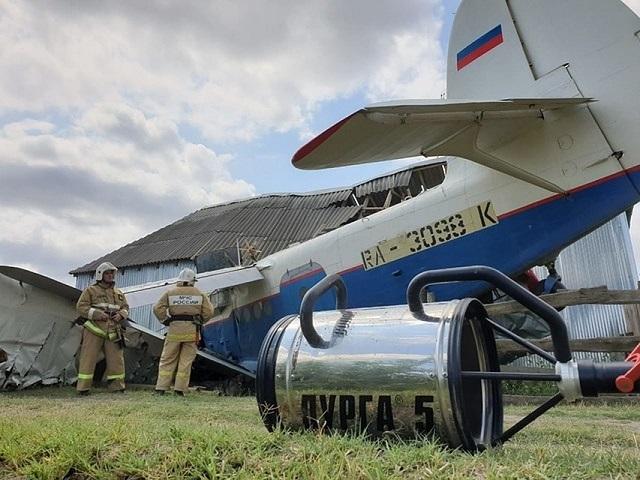 В Чечне легкомоторный самолет врезался в жилой дом