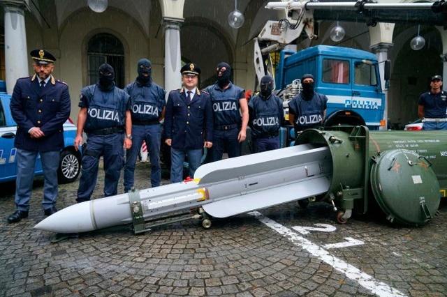 """Итальянская полиция изъяла ракету класса """"воздух-воздух"""" (3 фото)"""