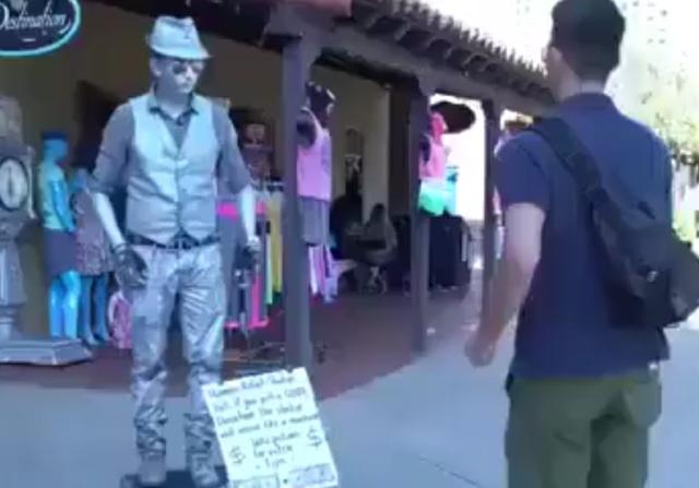 Этот парень знает, как нужно двигаться!