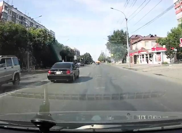 Хотел развернуться, но получил удар в бок (видео + 4 фото)