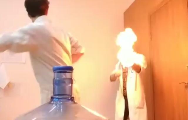"""Научная ответка на """"Bottle Cap Challenge"""" из Лаборатории Менделевиум"""