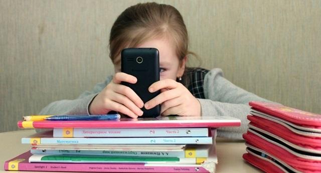 """В Госдуме хотят заменить смартфоны в школах на """"шкулфоны"""""""