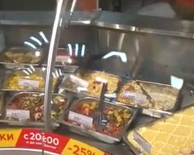 """""""Дегустатор"""" еды в магазине"""