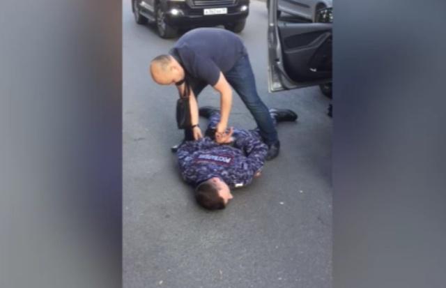 В Санкт-Петербурге задержали сотрудников Росгвардии, которые подбросили наркотики школьнику и вымогали деньги