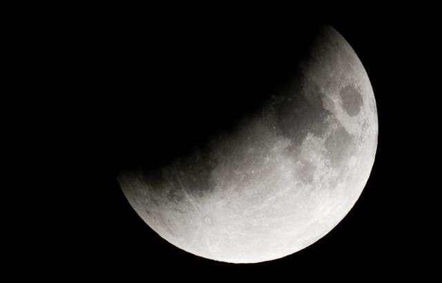 """Частичное лунное затмение и """"кровавый восход"""" (2 фото + видео)"""