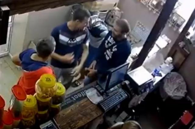 Парни украли две бочки с пивом в то время, как продавщица отвернулась