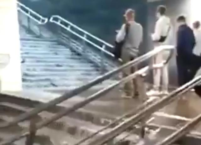 """""""Водопады"""" в подземке и затопленные улицы Москвы (2 видео)"""