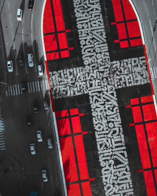 Работу художника Покраса Лампаса залили гудроном в Екатеринбурге (7 фото + видео)