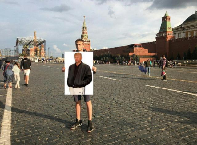 Задержание журналиста с пустым плакатом разлетелось на мемы (18 фото)