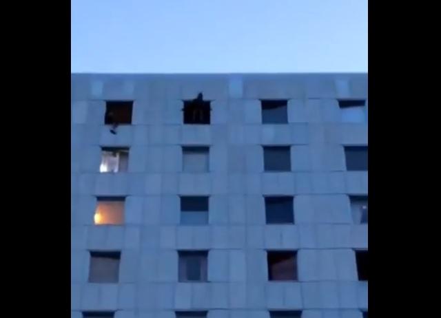 Прыжок с парашютом из окна многоэтажки