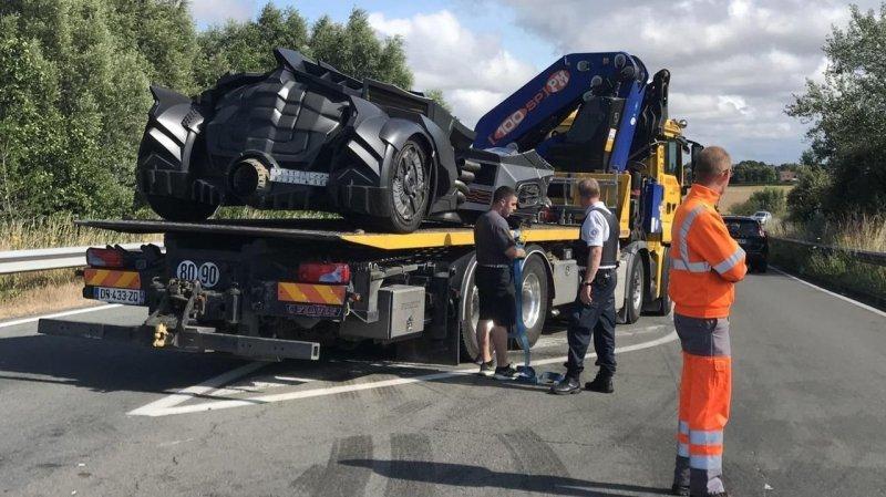 Уникальный бэтмобиль был разбит на скоростной трассе во Франции (5 фото + видео)