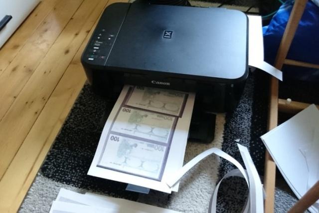 В Германии девушка напечатала деньги, чтобы купить себе автомобиль (фото)