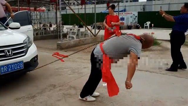 Сила кунг-фу: китаец смог сдвинуть ухом две машины
