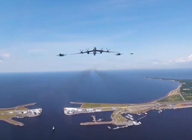 Репетиция воздушной части парада ко Дню ВМФ