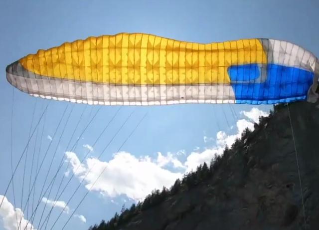 В Швейцарии парапланерист столкнулся со скалой