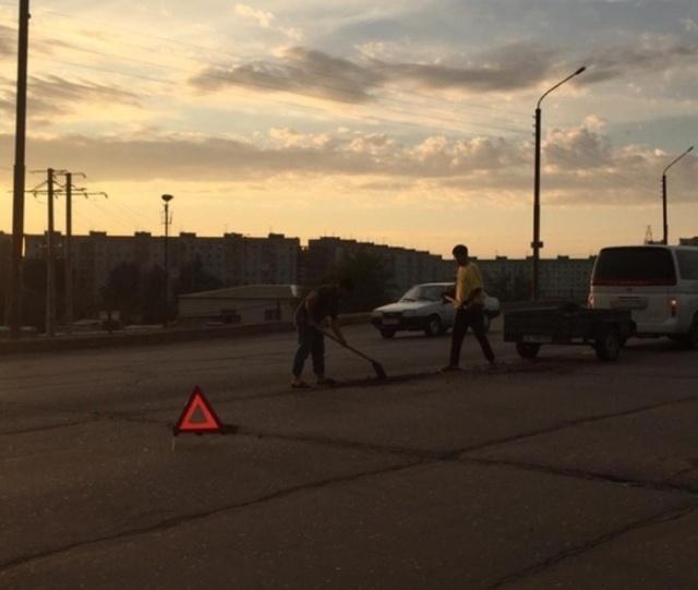 Астраханец своими руками делает дороги (3 фото)