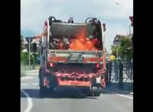 Водитель загоревшегося мусоровоза принял правильное решение