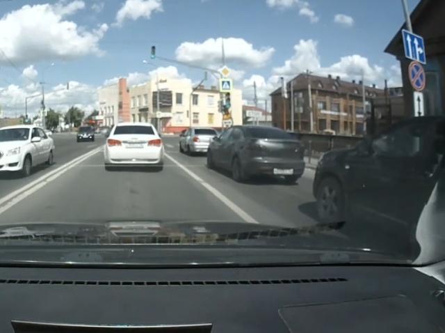 Странный маневр таксиста, ставший причиной аварии