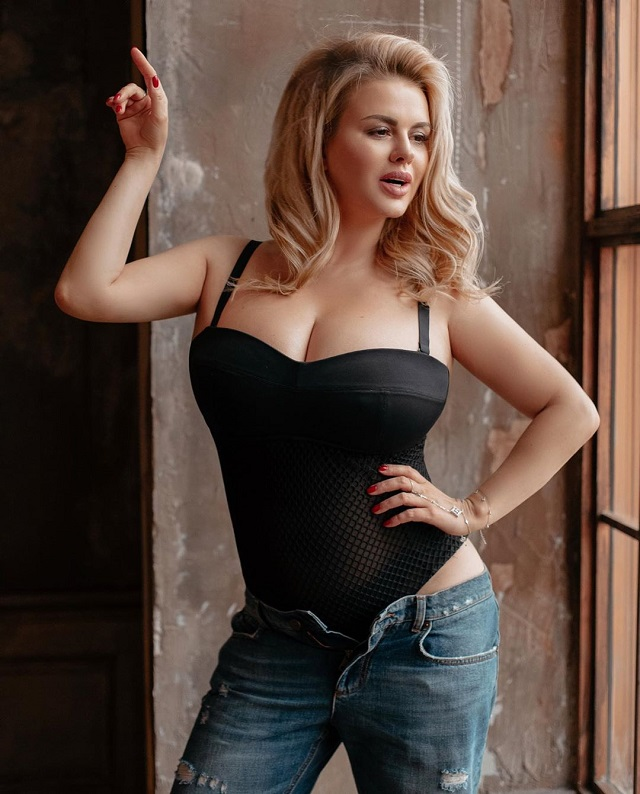 Анна Семенович порадовала подписчиков новой откровенной фотографией (15 фото)