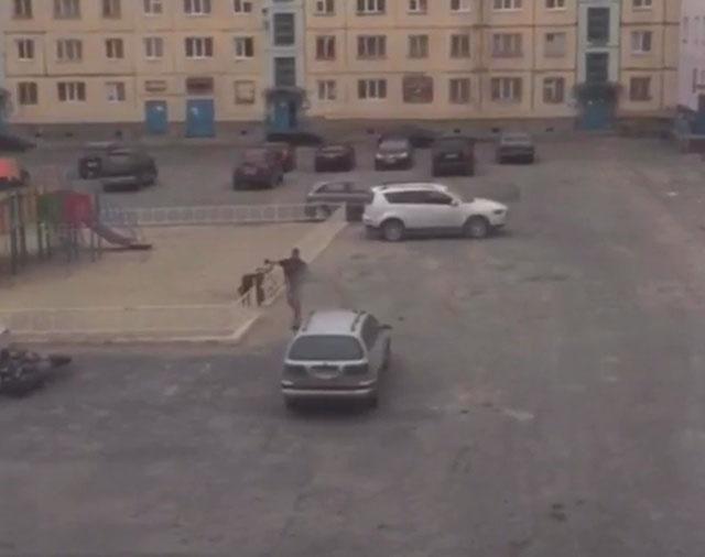 В Норильске парень разгромил несколько автомобилей
