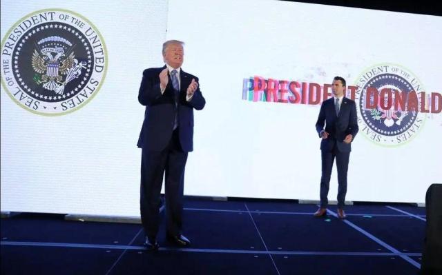 Дональд Трамп на фоне странного герба (2 фото)