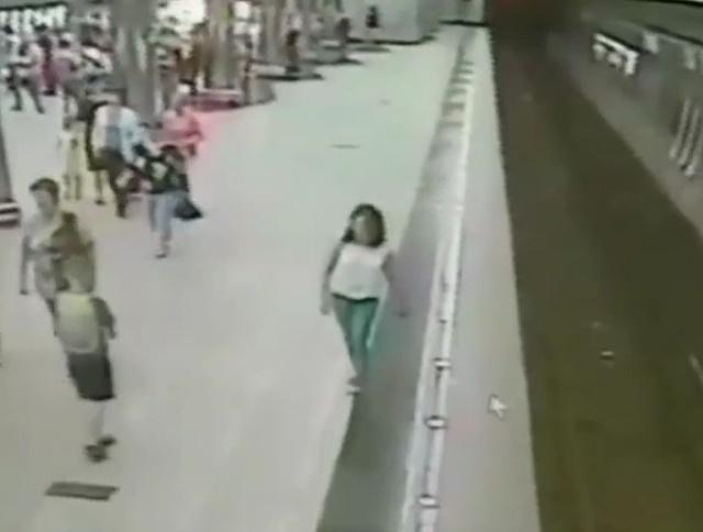 В Екатеринбурге мальчик упал на рельсы, засмотревшись в телефон