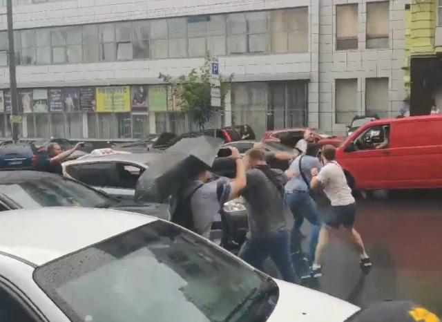 Неизвестные попытались напасть на Петра Порошенко после допроса