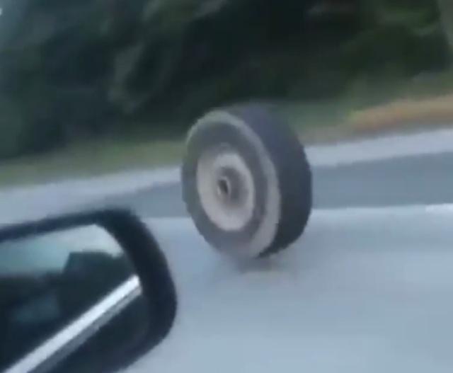 Колесо на дороге
