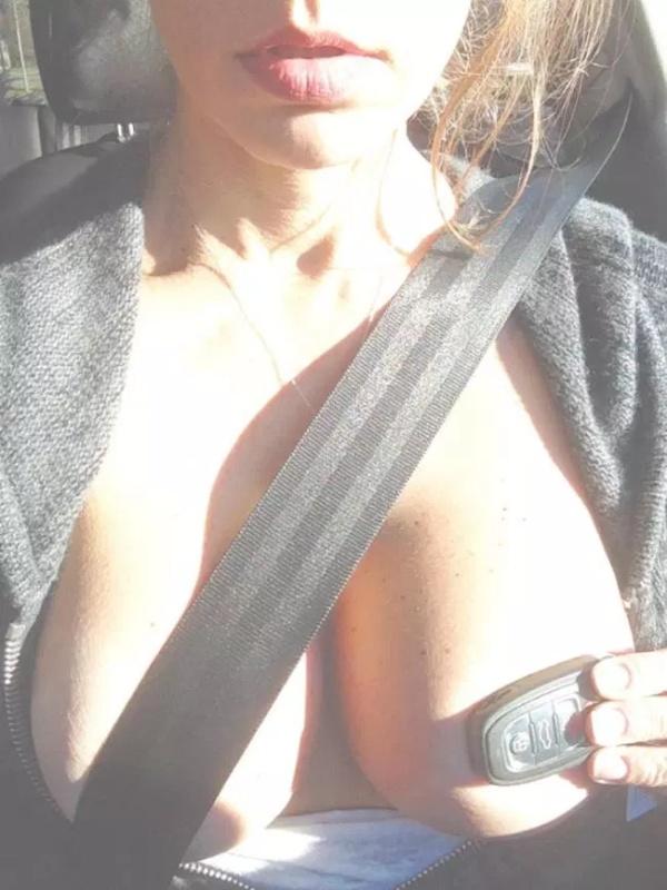 Девушки прикрывают грудь ремнем (14 фото)