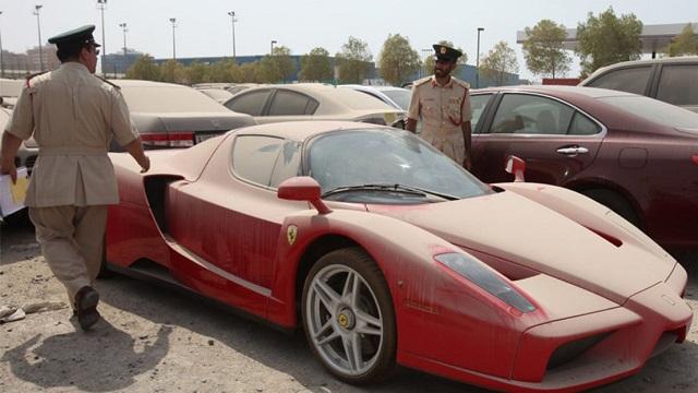 Охотник за брошенными суперкарами - новая популярная профессия в Дубае (8 фото)